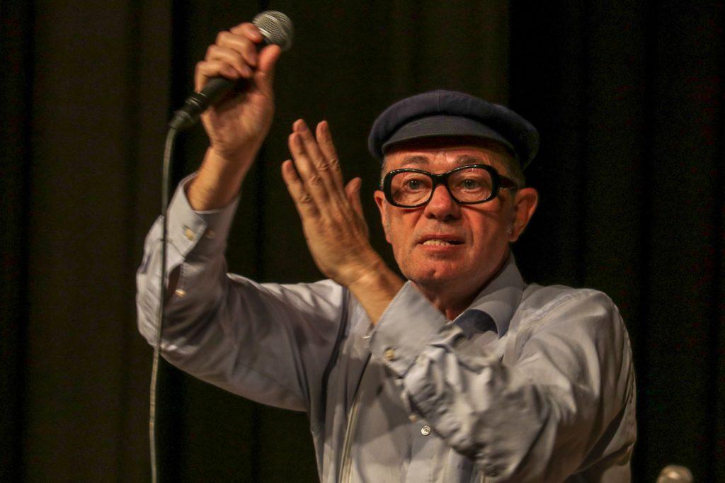 Herbert Knebel hat das Publikum voll im Griff - alle klatschen mit. Foto: Kultur Pur/Ulrich Bock
