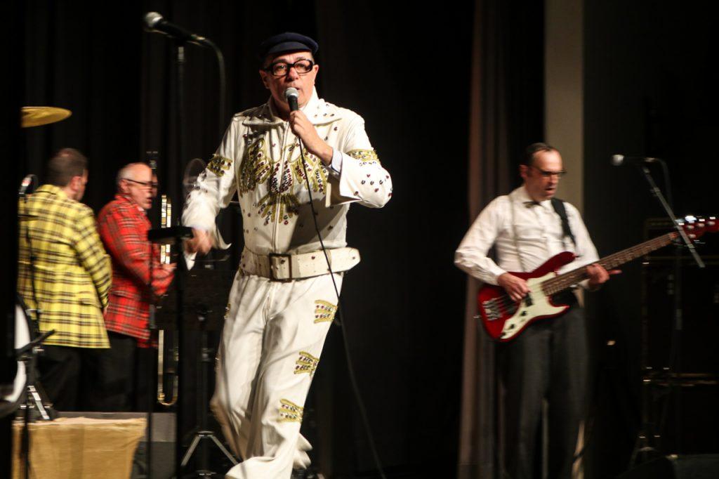 """Und zum Finale kommt Herbert Knebel noch einmal als der """"King"""" auf die Bühne. Das Elvis Presley-Kostüm fand er in der Altkleidersammlung. Foto: Kultur Pur/Ulrich Bock"""
