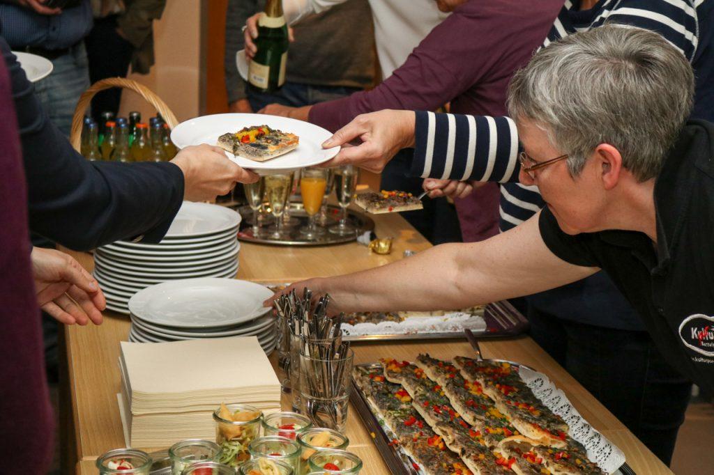 In der Pause spendierte die Sparkasse allen Besuchern einen Imbiss. Foto: Kultur Pur/Ulrich Bock