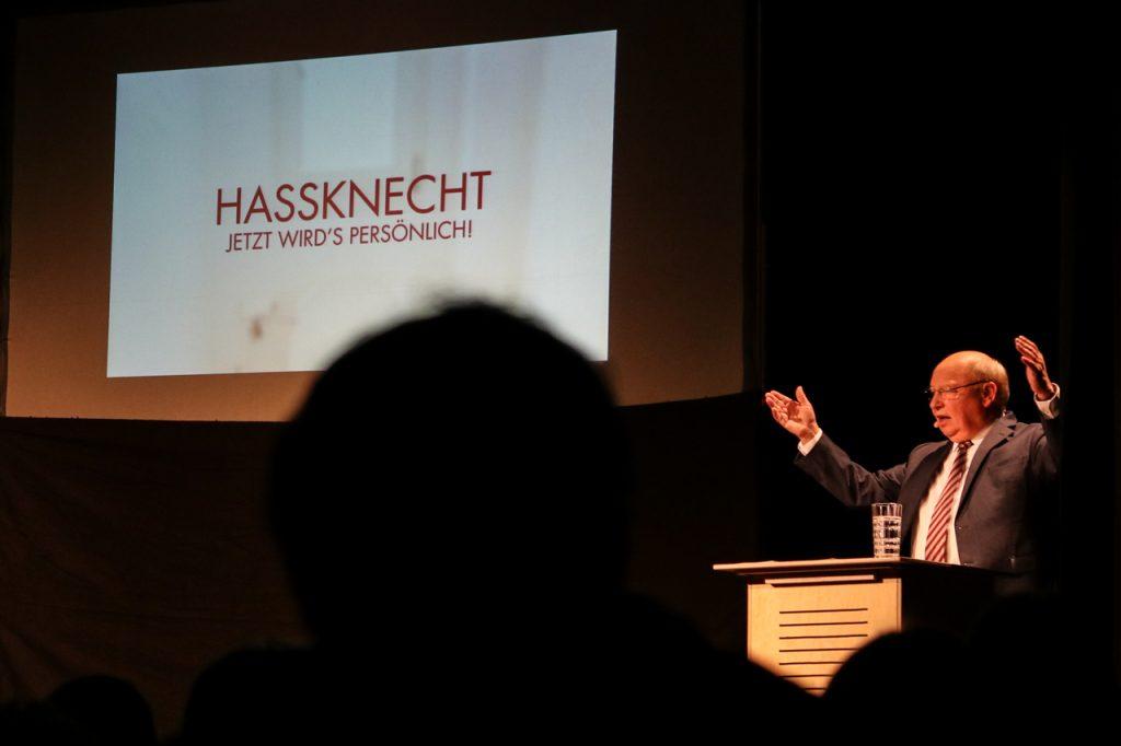 Was ist das bloß für eine Welt, fragt Gernot Hassknecht zum Auftakt seines Programms. und wird gleich persönlich. Foto: Kultur Pur/Ulrich Bock