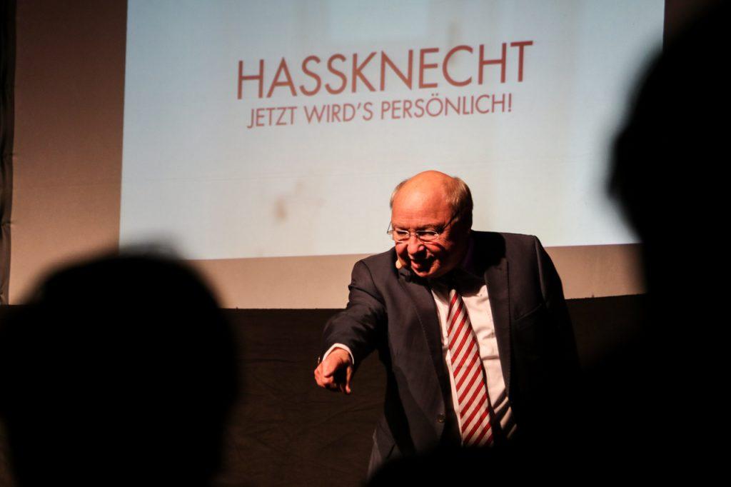 """""""Wissen Sie noch wie all die Eherauen vom Schröder hießen?"""" Antwort aus dem Publikum: """"Ja, Schröder."""" Foto: Kultur Pur/Ulrich Bock"""