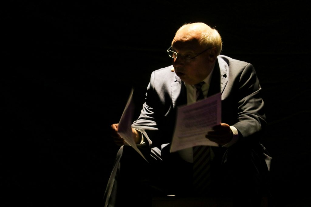 """Gernot Hassknecht verliest seinen Brief an den amerikanischen Präsidenten Donald Trump: Ich bin auch ein wütender, alter, weißer Mann. Aber ich hätte Sie nicht gewählt."""" Foto: Kultur Pur/Ulrich Bock"""
