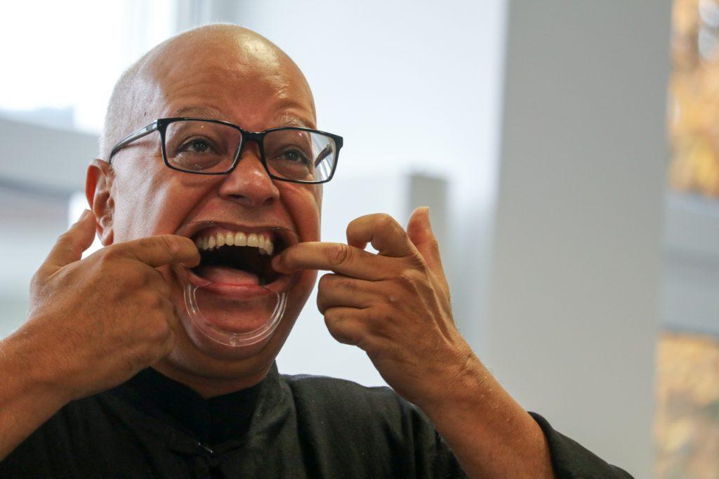 Diesmal hatte Carlos etwas ganz Besonderes mitgebracht: 100 Mundspangen, die die Töne noch breiter machen. Foto: Kultur Pur/Ulrich Bock
