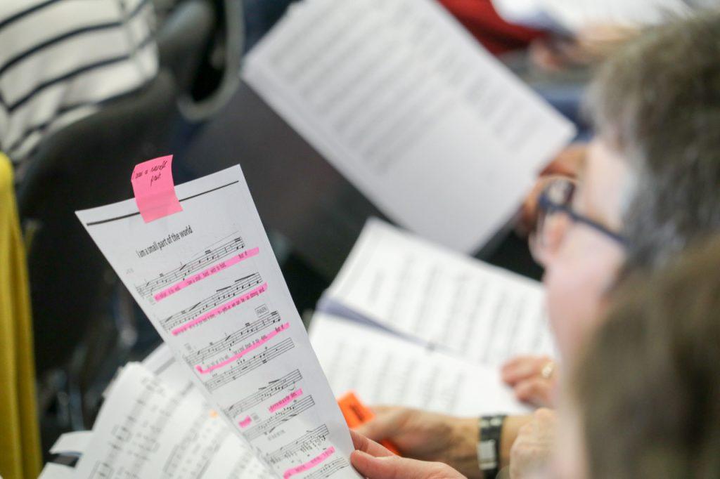 Der Textmarker darf bei den Proben nicht fehlen. Foto: Kultur Pur/Ulrich Bock