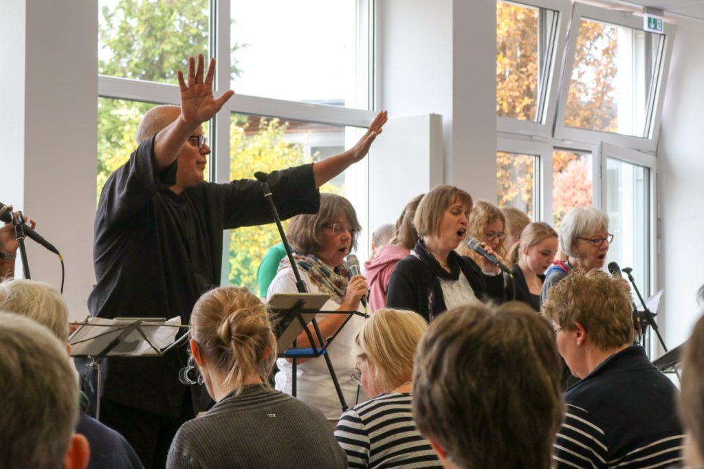 Nicht zu laut - Carlos dirigiert den Projektchor. Foto: Kultur Pur/Ulrich Bock