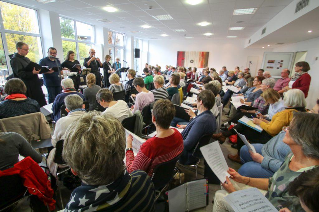 Mit über 100 Sängerinnen und Sängern ist der Felsensaal im Bergkloster gut gefüllt. Foto: Kultur Pur/Ulrich Bock