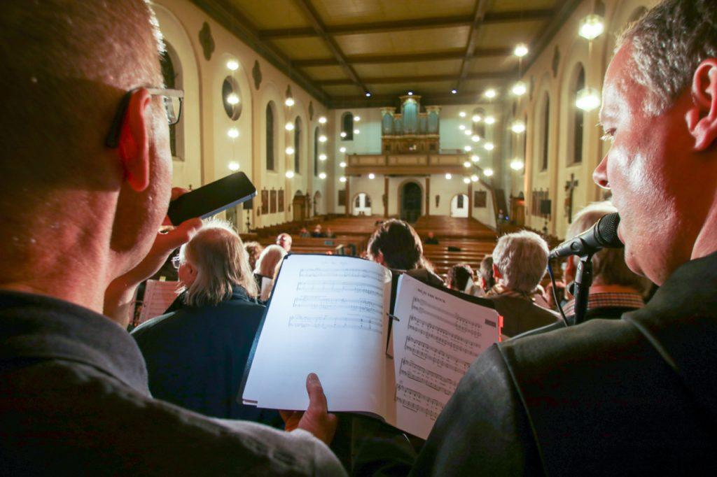 Sondcheck am Samstagabend in der St. Andreas-Kirche. Noch sind die Kirchenbänke leer. Foto: Kultur Pur/Ulrich Bock