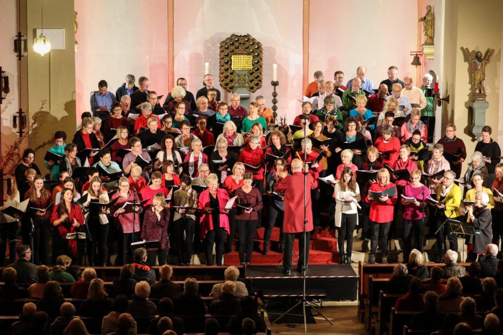 Ein beeindruckendes Bild: Der Chor füllt den gesamten Altarraum. Foto: Kultur Pur/Ulrich Bock