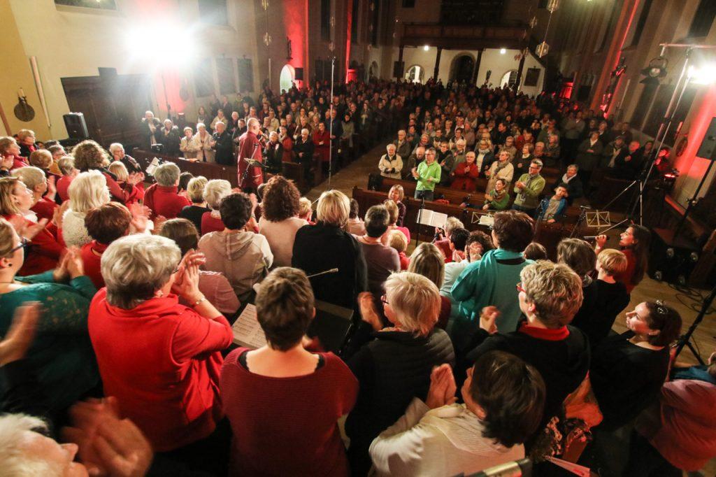 500 Besucherinnen und Besucher füllen die St. Andreas-Kirche bis zu den hinteren Bänken. Foto: Kultur Pur/Ulrich Bock