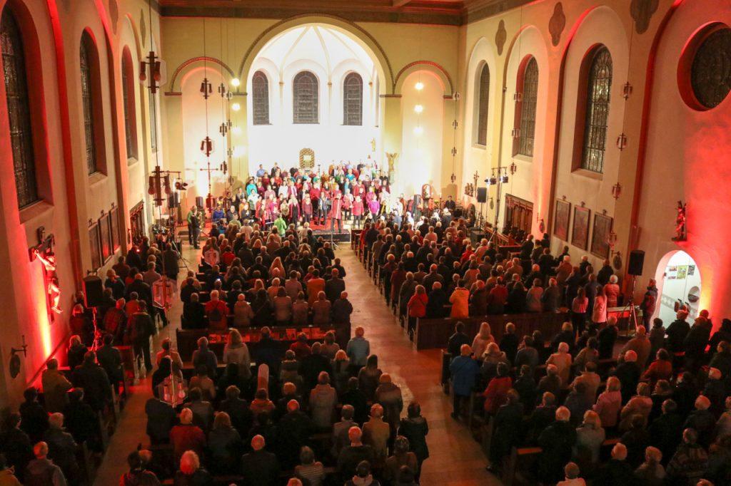 """Bei """"Bless the Lord"""" gerät der ganze Chor in Wallung. Foto: Kultur Pur/Ulrich Bock"""