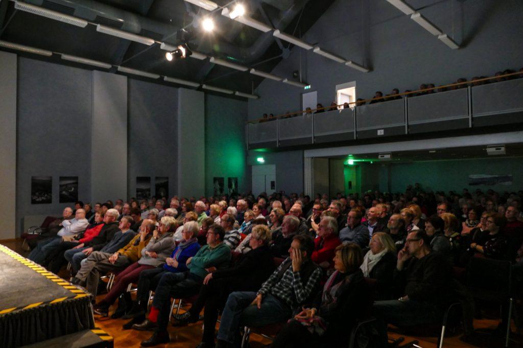 300 Zuschauer waren ins Bestwiger Bürger- und Rathaus gekommen. Foto: Kultur Pur/Jakob Gockel