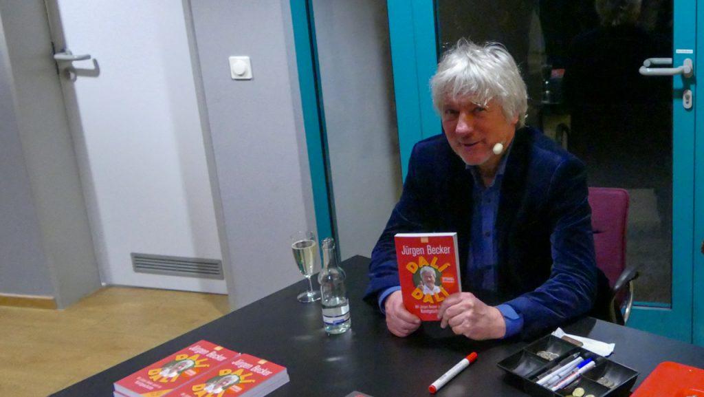 Nach seinem Auftritt durfte der Künstler natürlich noch viele Bücher signieren und Autogramme geben. Foto: Kultur Pur/Jakob Gockel