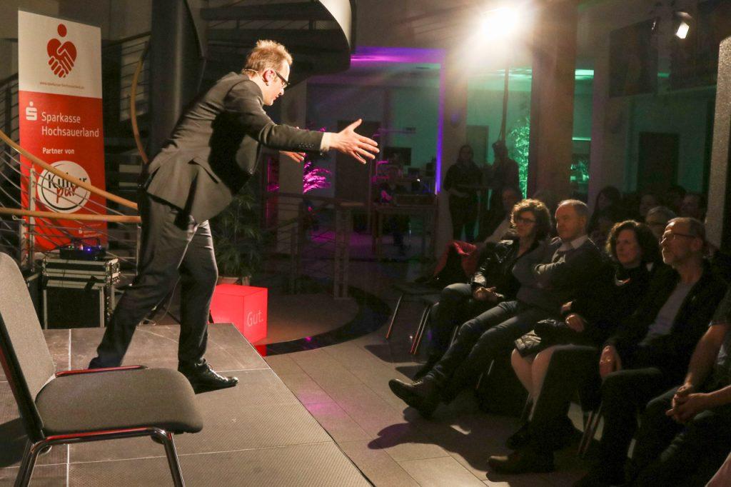 Energiegeladen und temperamentvoll wendet sich René Sydow in der Sparkasse an sein Publikum. Foto: Kultur Pur/Ulrich Bock