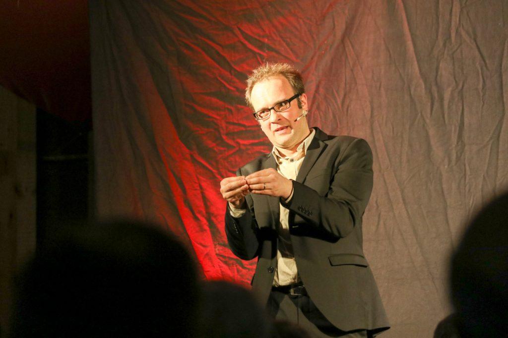 """Degradiert zu """"Kohlenstoffeinheiten mit Orgasmusstörungen"""": René Sydow ärgert sich, dass wir immer mehr zu Konsumenten werden. Foto: Kultur Pur/Ulrich Bock"""