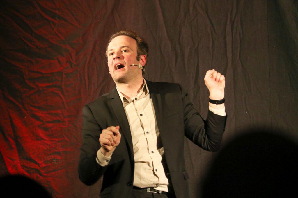 Auf der Bühne führte René Sydow sogar einen Dialog mit dem Teufel. Aber was kann der noch anrichten, wenn das Internet schon unseren Alltag bestimmt? Foto: Kultur Pur/Ulrich Bock