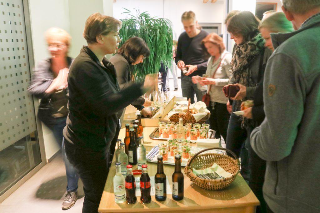 Die Sparkasse spendierte jedem Besucher zur Begrüßung ein Glas Sekt. Und in der Pause gab es sogar einen kleinen Imbiss. Foto: Kultur Pur/Ulrich Bock
