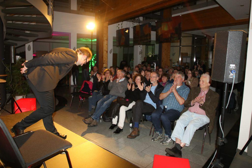 Zum Abschluss gibt es für den Künstler viel Applaus. Foto: Kultur Pur/Ulrich Bock