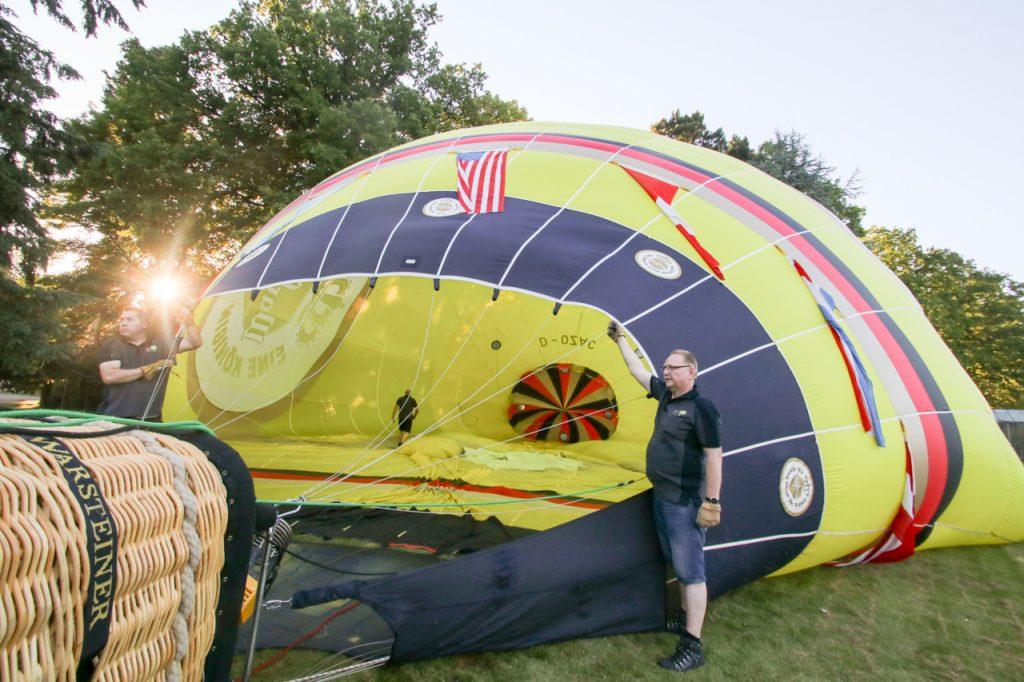 Das Ballonteam der Warsteiner-Brauerei bereichert die Kulisse mit einem Heißluftballon. Foto: Kultur Pur/Ulrich Bock