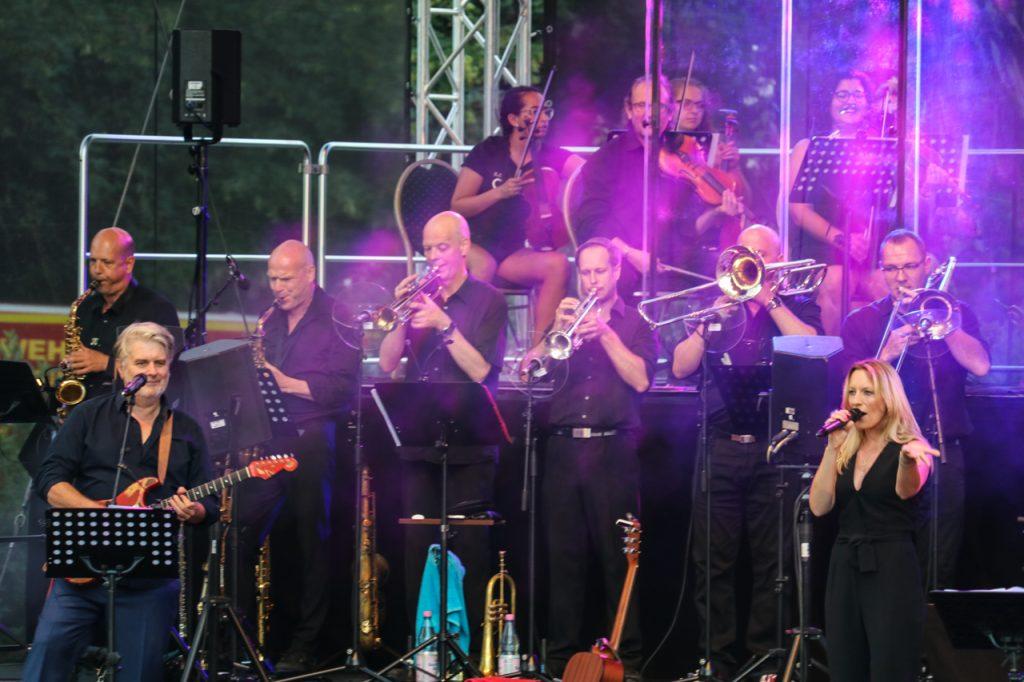 Sechs Blechbläser verstärken die Band von Uwe Müller. Foto: Kultur Pur/Ulrich Bock