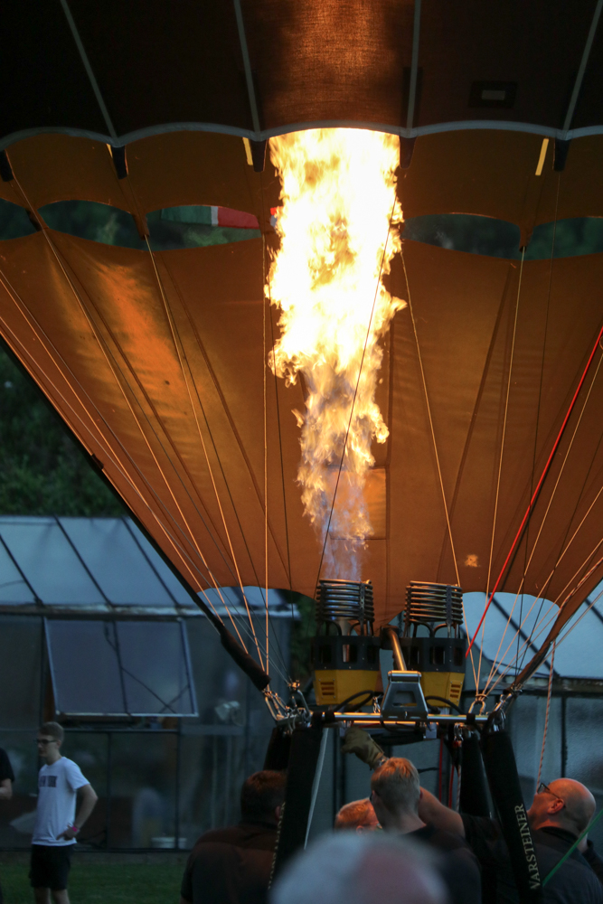 Mit zunehmender Dämmerung leuchtet der Ballon immer heller. Foto: Kultur Pur/Ulrich Bock