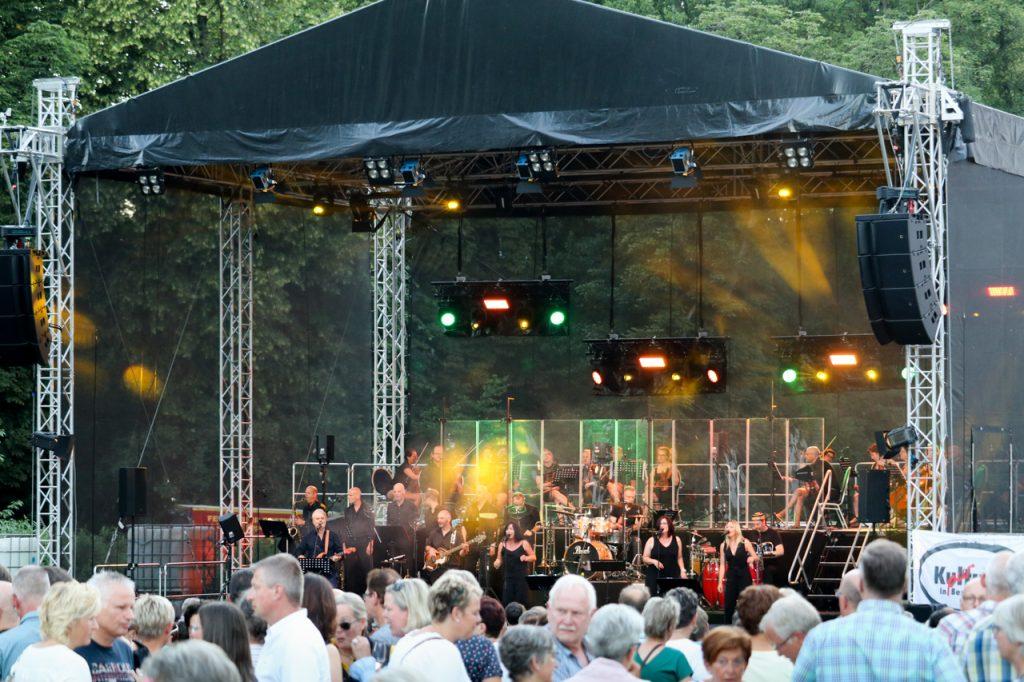 30 Musiker füllen die Bühne. Foto: Kultur Pur/Ulrich Bock