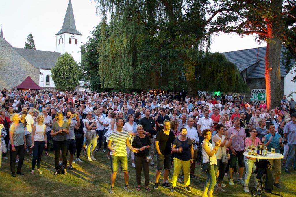 Die 1000 Zuschauer kommen schnell in Stimmung. Foto: Kultur Pur/Ulrich Bock