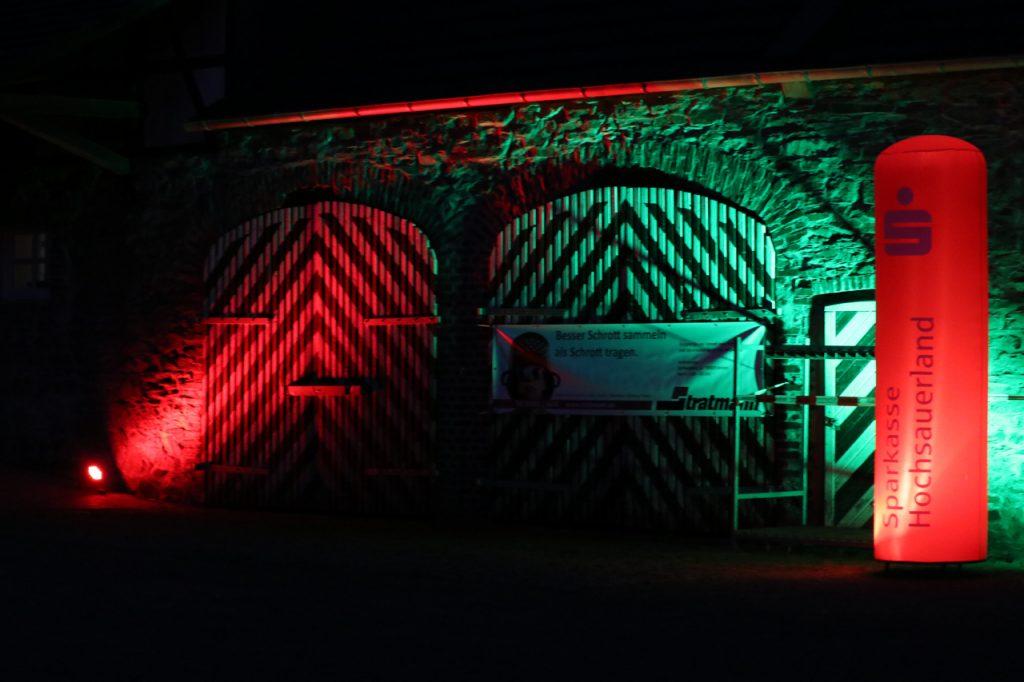Auch die Stallungen waren bunt illuminiert. Foto: Kultur Pur/Ulrich Bock