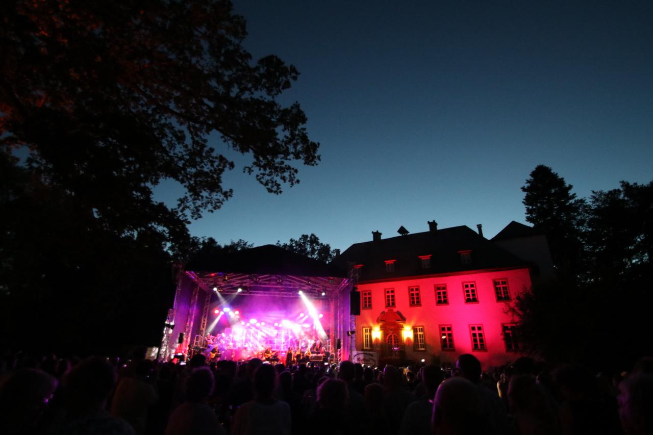 Welch eine Sommernacht: In Bestwig kann es kein schöneres Gelände für Open Air-Konzerte geben. Foto: Kultur Pur/Ulrich Bock