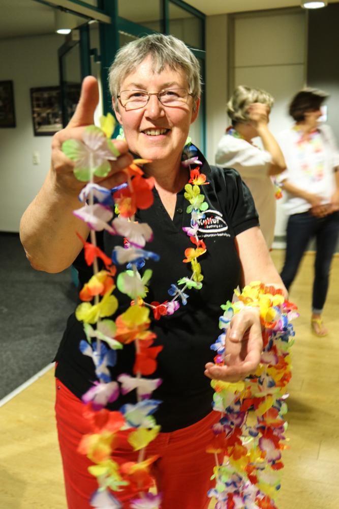 Alle besucherinnen und Besucher erhielten eine Blumenkette. Foto: Kultur Pur/Ulrich Bock