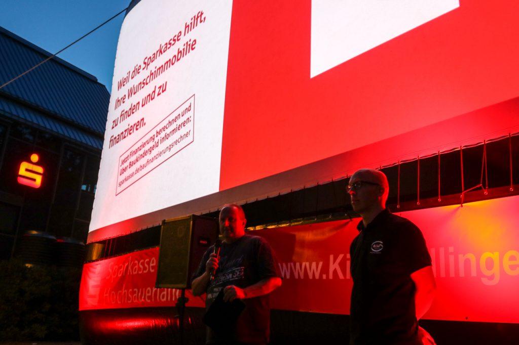 Friedrich Bähr vom gleichnamigem Filmbetrieb aus Willingen und Jan Frigger begrüßen die rund 500 Gäste - auch im Namen der Sparkasse Hochsauerland. Foto: Kultur Pur/Ulrich Bock