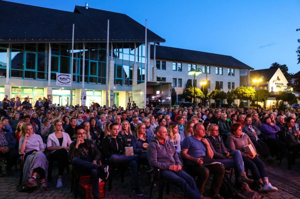 Der Rathausplatz ist gut gefüllt. Foto: Kultur Pur/Ulrich Bock