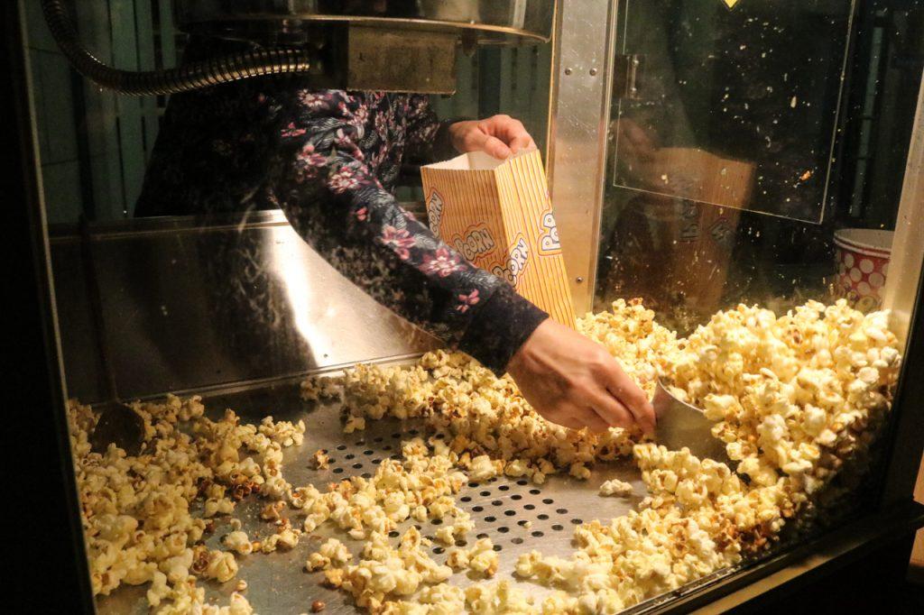 Vor dem Popcornstand gab es lange Schlangen. Foto: Kultur Pur/Ulrich Bock