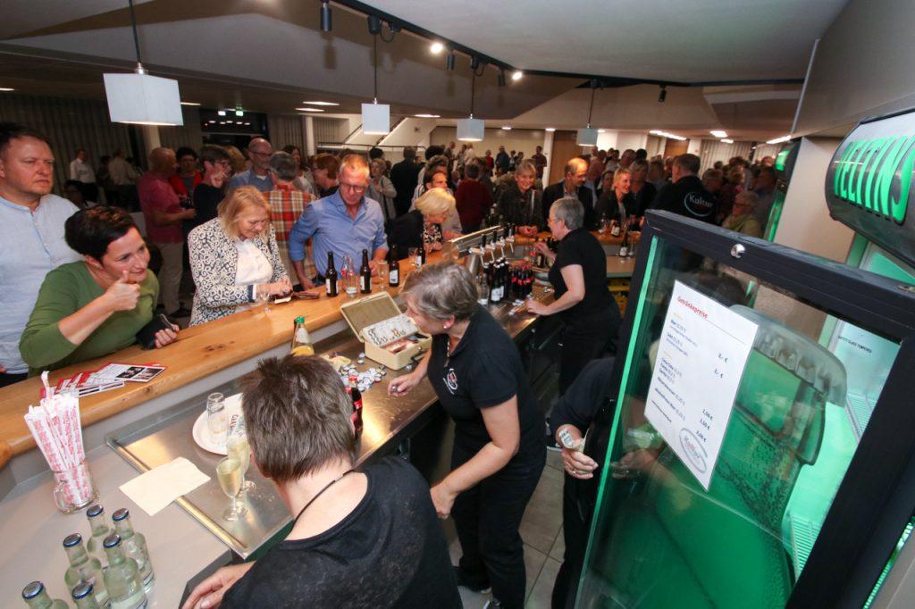 Viel Andrang an der Getränke-Theke in der Pause. Foto: Kultur Pur/Ulrich Bock
