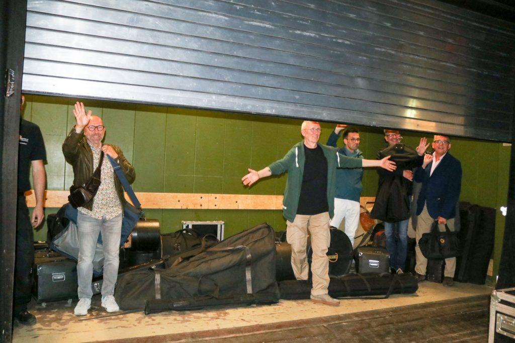 Auf Wiedersehen. Die Alsmann-Band verschwindet nach dem Abbau der Instrumente im Lastenaufzug. Foto: Kultur Pur/Ulrich Bock