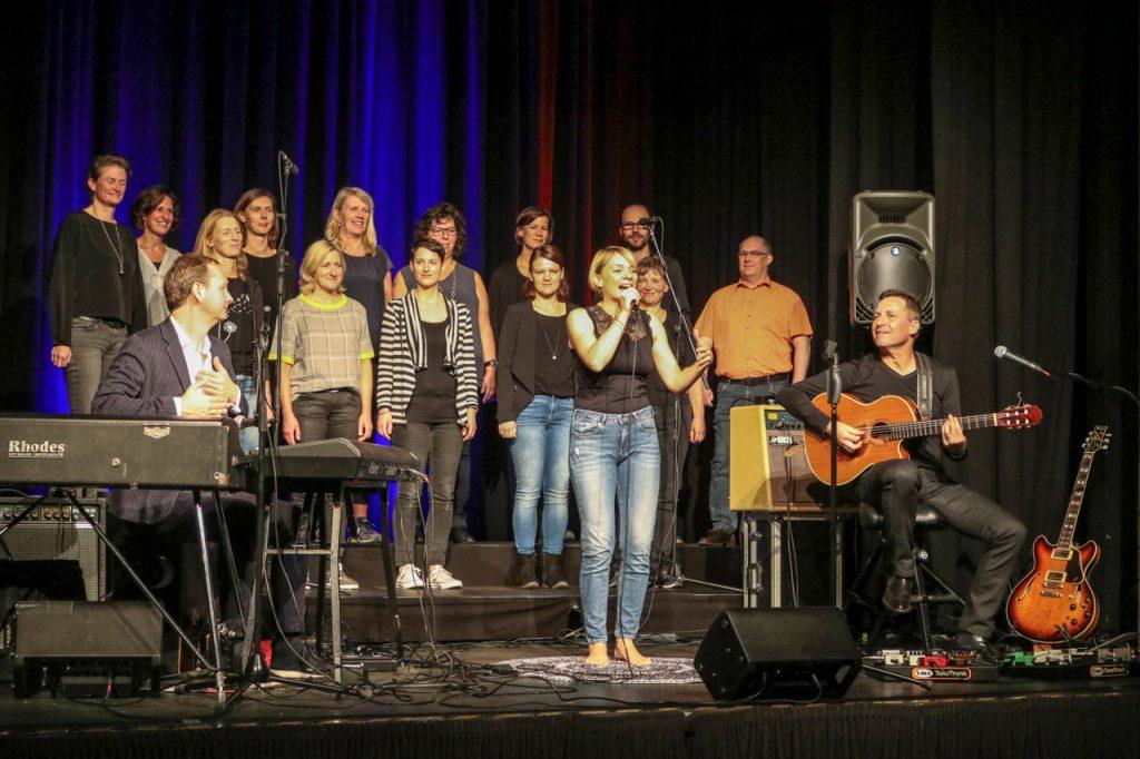 Der Projektchor hatte vorab zwei Stunden lang mit Cristin Claas geübt. Foto: Kultur Pur/Ulrich Bock
