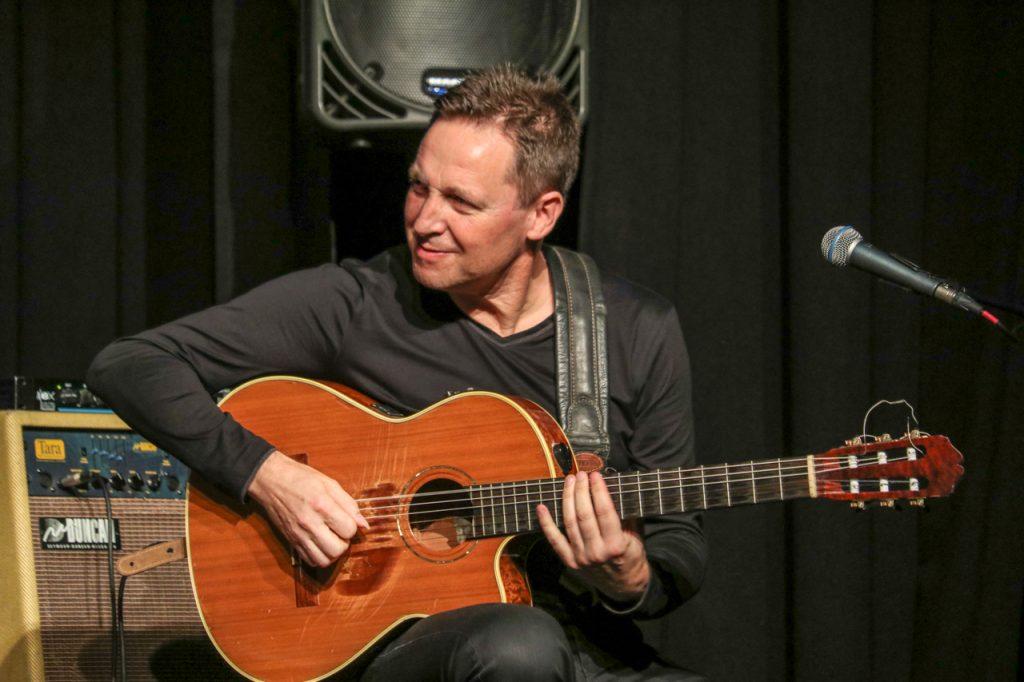 Gitarrist Stephan Bormann ist studierter Jazz-Gitarrist und auch Professor für Gitarre an der Universität Dresden. Foto: Kultur Pur/Ulrich Bock