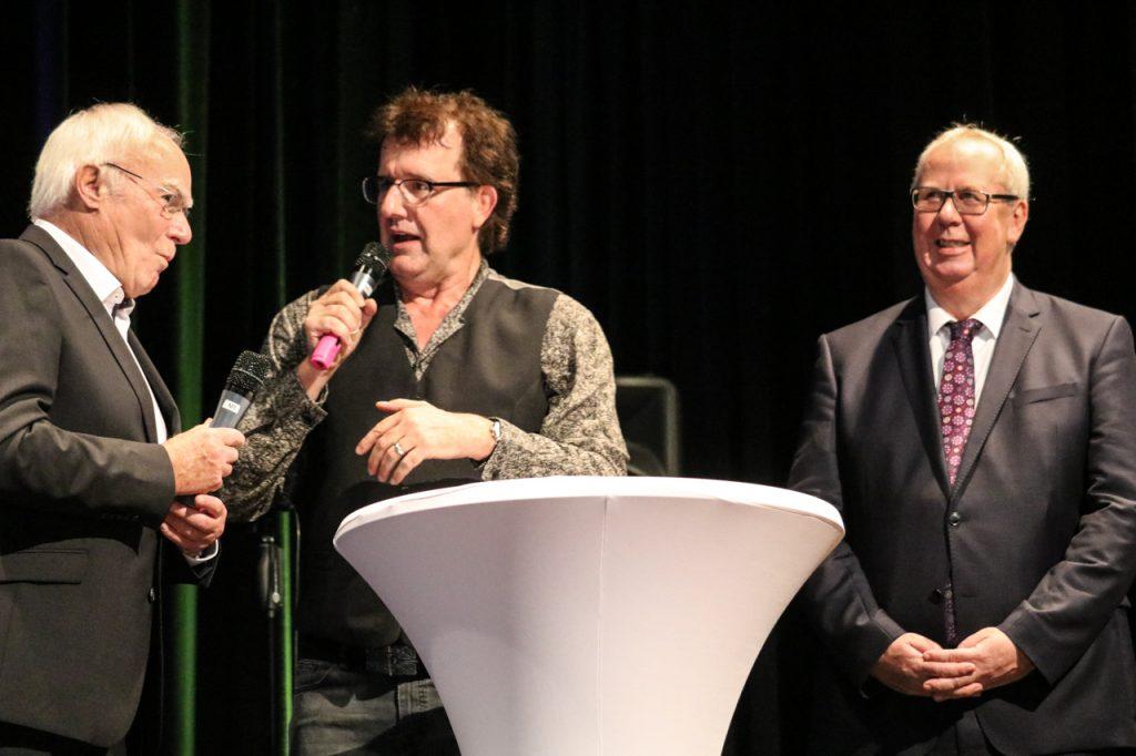 Christoph Brüske interviewt Rudolf Heinemann, der die Baukommission für das Rathaus leitete. Foto: Kultur Pur/Ulrich Bock