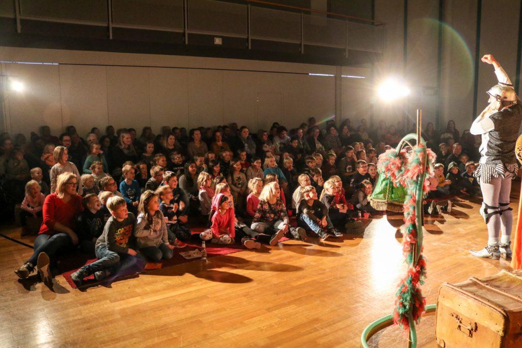 Don Kidschote erklärt, was einen Ritter ausmacht. Foto: Kultur Pur/Ulrich Bock