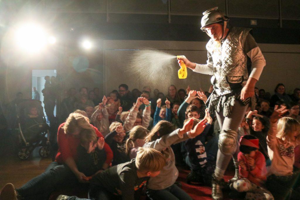 Angst vor Wasser? darf ein Ritter nicht haben. Foto: Kultur Pur/Ulrich Bock