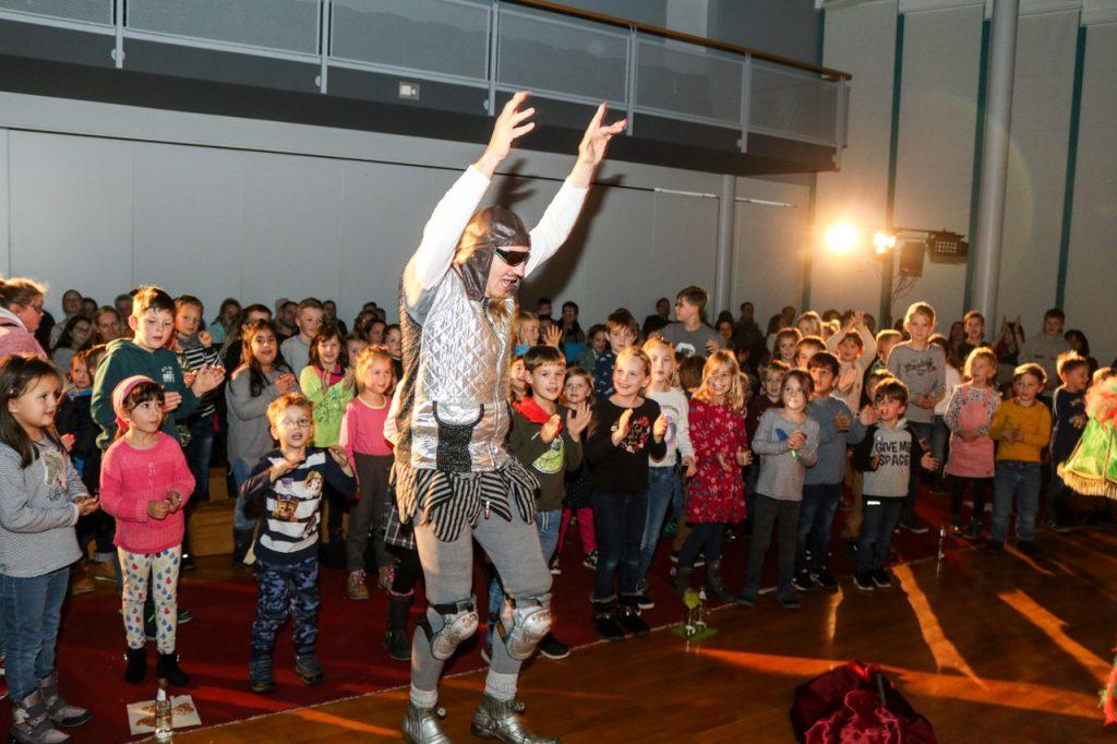"""""""Hurra, dann seid Ihr jetzt alle Ritter und Ritterinen!"""" Foto: Kultur Pur/Ulrich Bock"""