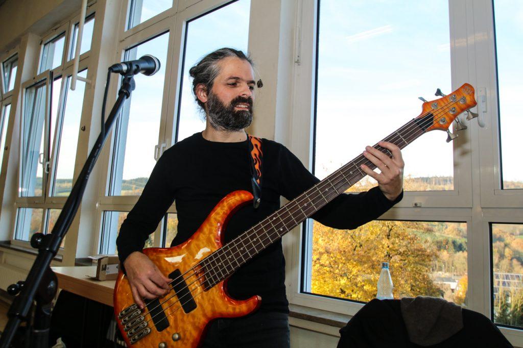 Gabriel am Bass. Foto: Kultur Pur/Ulrich Bock