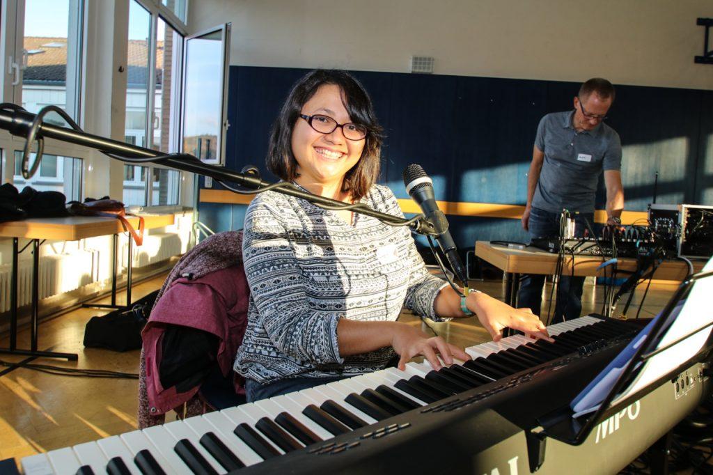 Agnes begleitet den Chor am Piano.