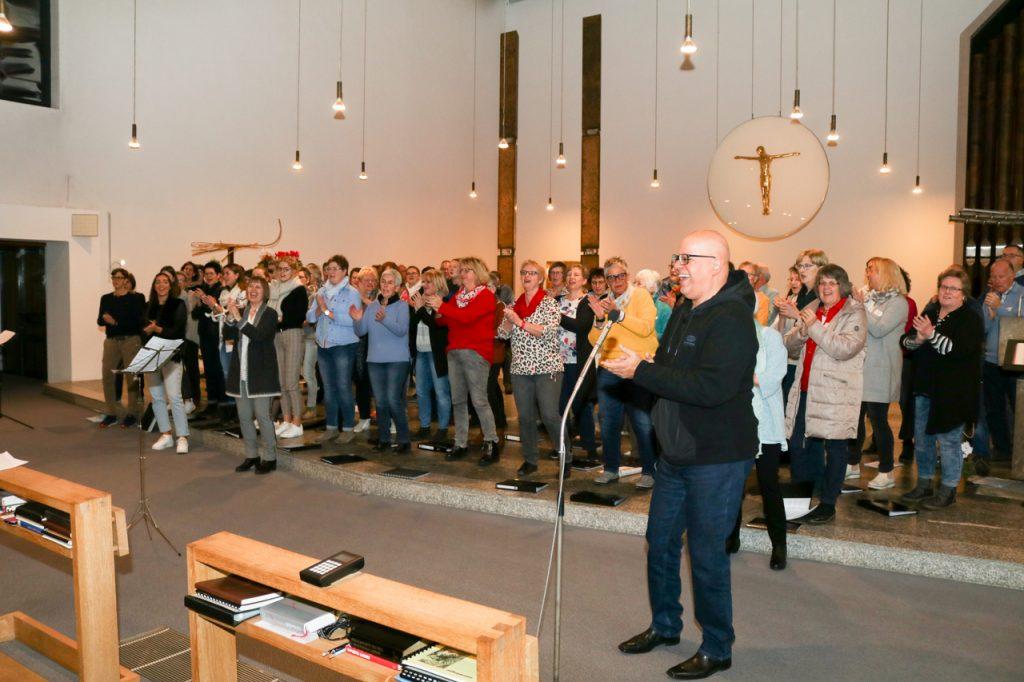 Zum Abschluss des ersten Probentages gestaltete der Projektcor die Vesper im Bergkloster mit. Foto: Kultur Pur/Ulrich Bock