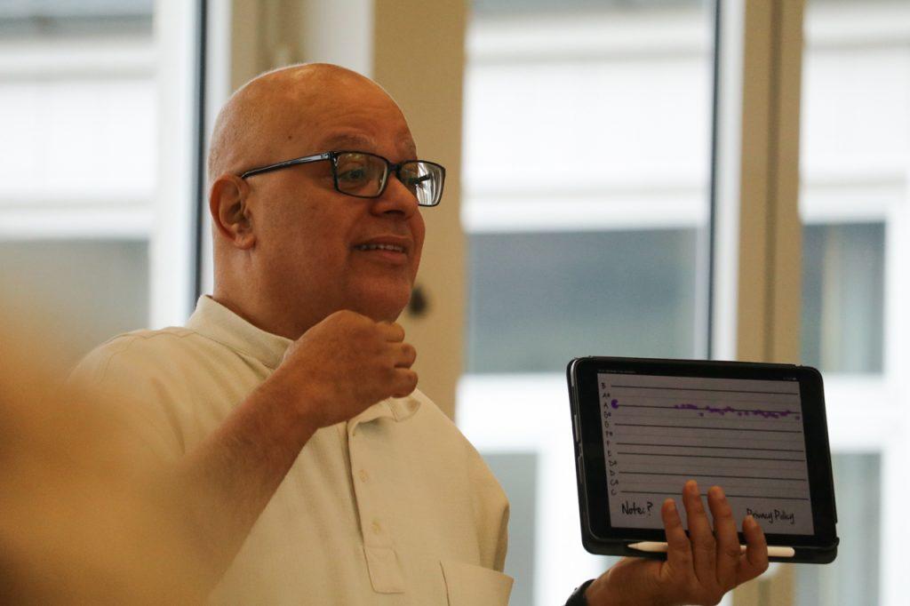 Carlos erklärt die Resonanz. Foto: Kultur Pur/Ulrich Bock