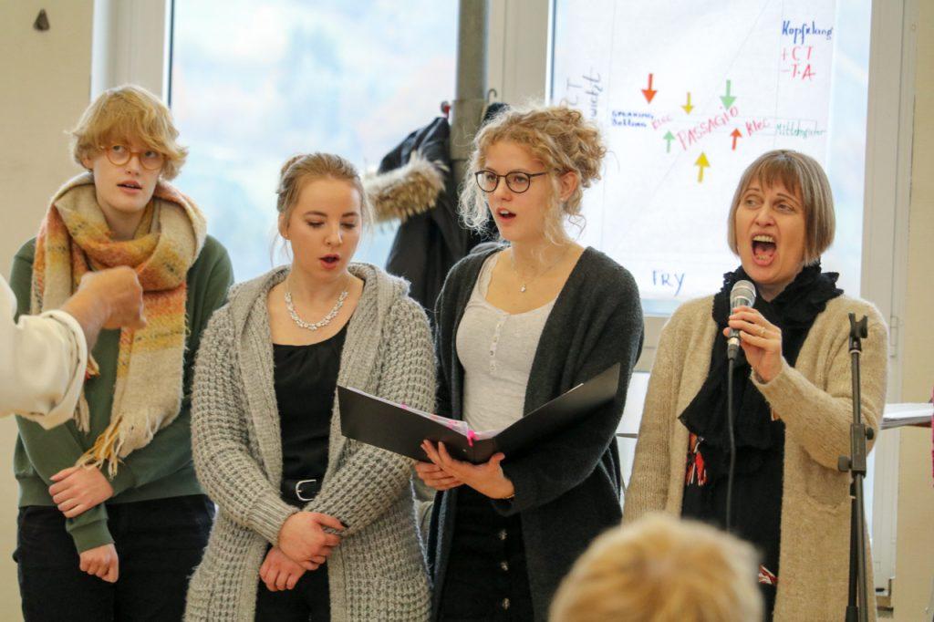 Beim Lied Open my Eyes bekamen die Solosängerinnen von Our Voices Unterstützung. Foto: Kultur Pur/Ulrich Bock