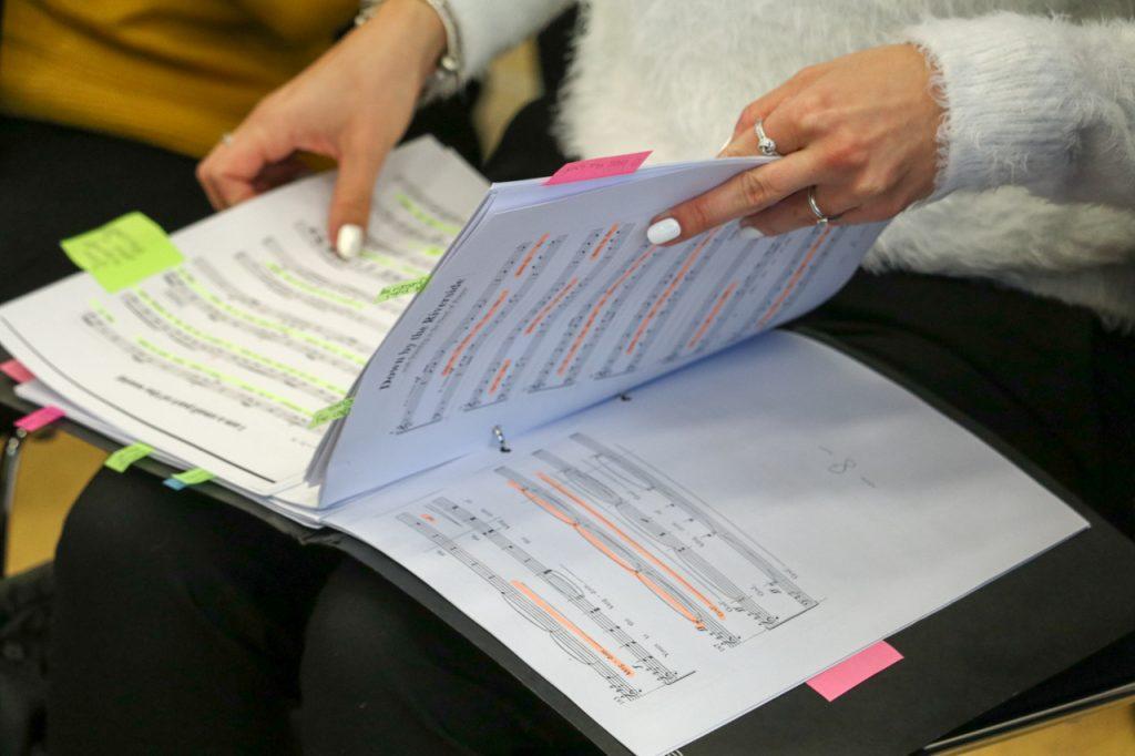 Vor dem Abschlusskonzert werden die Noten sortiert. Foto: Kultur Pur/Ulrich Bock