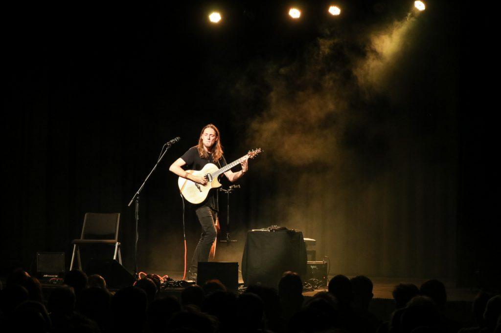 Der britische Gitarrist Mike Dawes eröffnet den Abend. Foto: Kultur Pur/Ulrich Bock