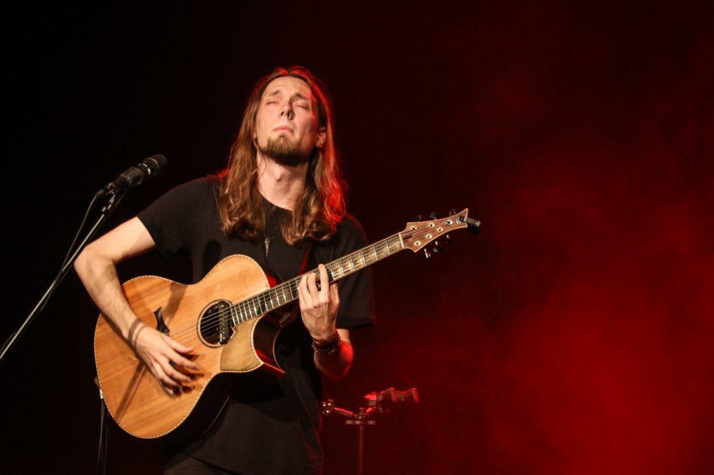 Dawes überzeugt ncht nur musikalisch. Er kann auch toll erzählen. Foto: Kultur Pur/Ulrich Bock