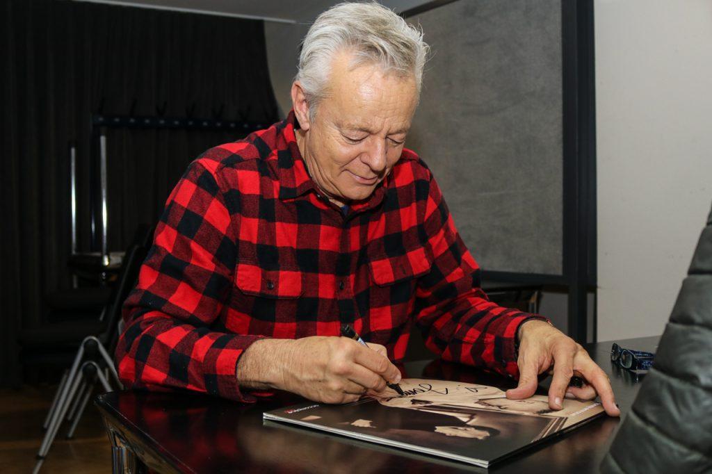 Tommy Emmanuel gibt Autogramme. Foto: Kultur Pur/Ulrich Bock