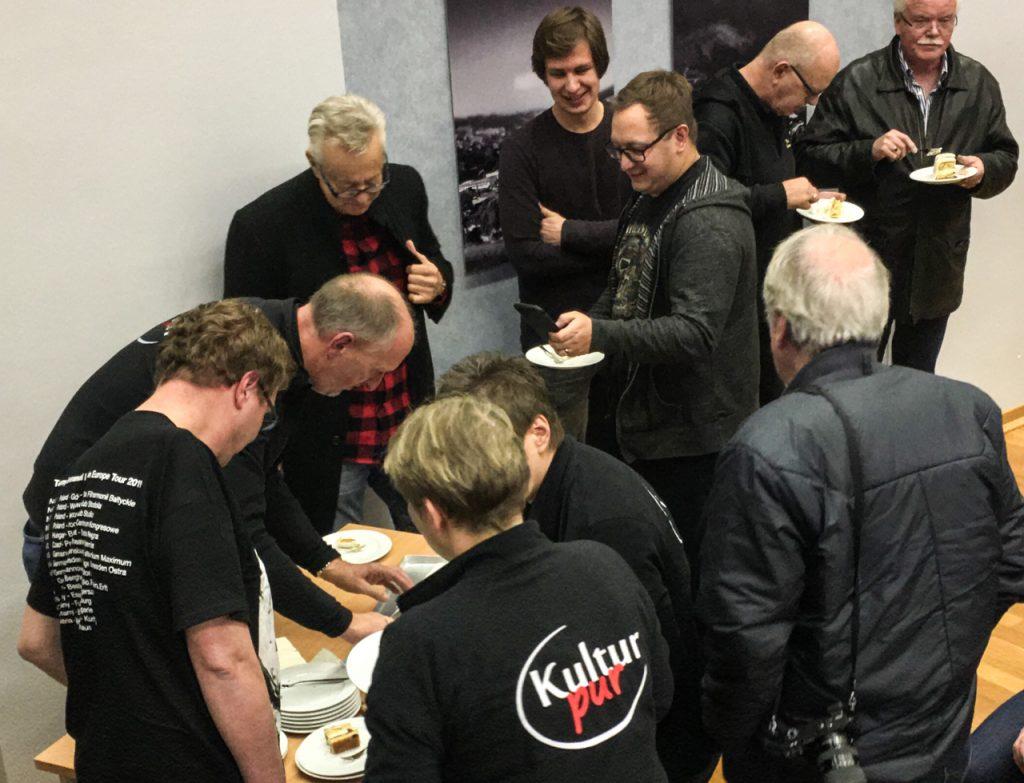 Aber bitte mit Sahne: Vor dem Auftritt bekam Tommy Emmanuel von Kultur Pur einen Kuchen. Foto: Kultur Pur/Manfred Heidbreder